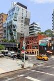 Vista da rua com construção moderna em New York, EUA Imagem de Stock