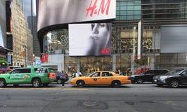 Vista da rua com construção moderna em New York, EUA Foto de Stock Royalty Free