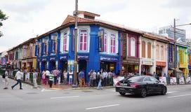Vista da rua com muitas casas coloridas no bairro chinês, Singapura Imagem de Stock