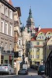 Vista da rua de Grottgera aos cortiços históricos velhos e à câmara municipal medieval preservada da torre Fotos de Stock