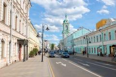 Vista da rua de Pyatnitskaya e da igreja de St John o batista sob Bor Fotografia de Stock Royalty Free