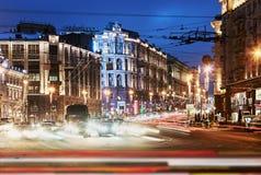 Vista da rua de Tverskaya do quadrado de Manezhnaya no evenin do inverno Imagens de Stock
