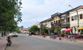 Vista da rua principal com muitas casas velhas em Kep, Camboja Imagem de Stock