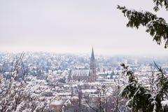 Vista da Schlossberg a Graz alla Herz-Jesu-chiesa nell'inverno Immagine Stock