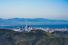 Vista da skyline de San Francisco com baía e das montanhas no fundo foto de stock