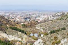 Vista da sopra della città di Asenovgrad, Bulgaria Fotografia Stock