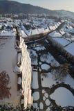 Vista da sopra della città di Bistrita nell'inverno. Fotografie Stock