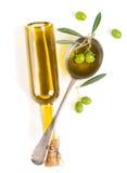 Vista da sopra di un barattolo con olio d'oliva e determinate olive verdi w Fotografie Stock