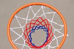Vista da sopra di una rete e un cerchio di pallacanestro Fotografie Stock