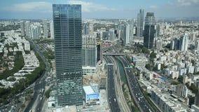 Vista da sopra il distretto su di Tel Aviv, della strada principale di Ayalon e di Ramat Gan video d archivio