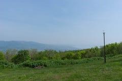 Vista da sopra la montagna: collina lontano Fotografia Stock