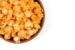 Vista da sopra popcorn nella ciotola isolata sui precedenti bianchi Fotografia Stock Libera da Diritti