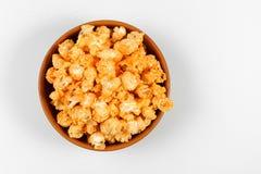 Vista da sopra popcorn nella ciotola marrone isolata sui precedenti bianchi Fotografie Stock Libere da Diritti