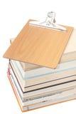 Vista da sopra sopra un mucchio dei libri con il forum di legno Fotografia Stock
