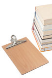 Vista da sopra sopra un mucchio dei libri con il forum di legno Fotografia Stock Libera da Diritti