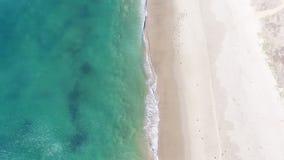 Vista da sopra sopra una linea costiera archivi video