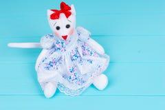 Vista da sopra sul giocattolo sotto forma di gatto in un vestito Fotografie Stock
