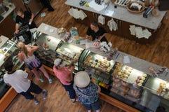 Vista da sopra sull'interno del forno, caffetteria con i clienti che fanno gli ordini fotografie stock