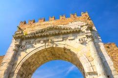 Vista da sotto del muro di mattoni antico e dell'arco di pietra del portone delle rovine di Augustus Arco di Augusto a Rimini fotografia stock