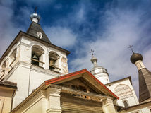 Vista da sotto sulle pareti di una chiesa bianca Immagine Stock