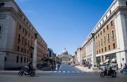 Vista da streef della basilica di St Peter a Città del Vaticano Fotografia Stock