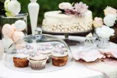 Vista da tabela com um bolo, queques imagem de stock