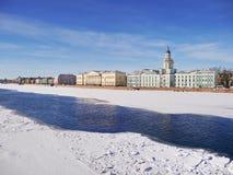Vista da terraplenagem da universidade (St Petersburg) no fim do inverno Foto de Stock