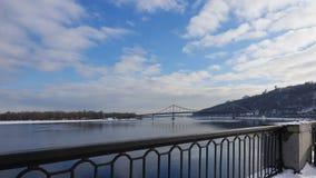 Vista da terraplenagem de Dnieper em Kiev ao rio de Dnieper fotos de stock royalty free