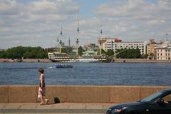 A vista da terraplenagem de Petrovskaya do rio de Neva da terraplenagem de Kutuzov e o verão jardinam Imagens de Stock