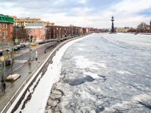 Vista da terraplenagem de Prechistenskaya na cidade de Moscou imagens de stock