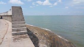 Vista da terraplenagem do mar fotografia de stock