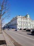 Vista da terraplenagem do palácio e do palácio do inverno em St Petersburg fotografia de stock