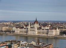 Vista da terraplenagem do rio Danúbio e da construção velha do parlamento em Budapest, Hungria imagem de stock royalty free