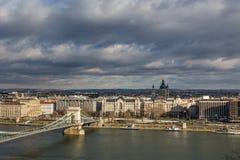 Vista da terraplenagem do rio Danúbio e da ponte em Budapest, Hungria imagem de stock