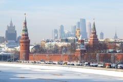 Vista da terraplenagem do rio de Moscou, as torres do centro de negócios do ` da Moscou-cidade do `, a torre de Vodovzvodnaya da  Foto de Stock