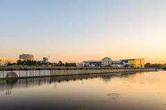 Vista da terraplenagem do rio em treinar a construção complexa de Svetlana Khorkina no complexo da universidade estadual de Belgo Fotos de Stock Royalty Free
