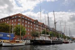 Vista da terraplenagem na área de Christianshavn com os navios de navigação ao longo do canal imagens de stock