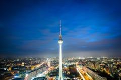 A vista da torre da tevê de Berlim (Fernsehturm) na noite, em Mitte, seja Fotografia de Stock Royalty Free