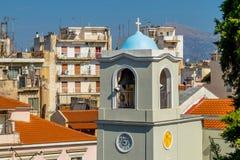 Vista da torre de igreja na cidade velha na cidade grega de Patras fotos de stock