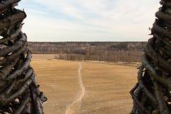 Vista da torre de madeira no campo com passeio Imagem de Stock Royalty Free