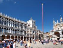 Vista da torre de pulso de disparo na praça San Marco em Veneza, Itália Fotos de Stock
