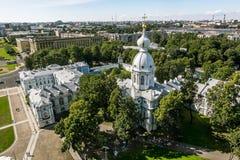 Vista da torre de sino da catedral de Smolny em St Petersburg C Fotos de Stock