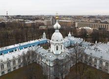 Vista da torre de sino do Smolny & do x28; Resurrection& x29; Catedral em St Petersburg Imagens de Stock