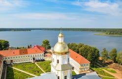 Vista da torre de sino no lago Foto de Stock