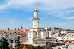 Vista da torre do centro da cidade e da câmara municipal do ucraniano ocidental cit Fotografia de Stock