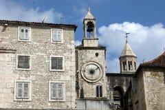 Vista da torre do St Domnius Bell e da torre de pulso de disparo do quadrado de Narodni Trg, Split& x27; cidade velha de s, Croác Imagem de Stock Royalty Free
