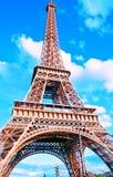 Vista da torre Eiffel em um dia ensolarado brilhante Lugar famoso do turista foto de stock royalty free