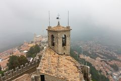 Vista da torre da fortaleza de Guaita em São Marino na névoa imagem de stock