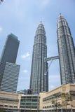 A vista da torre gêmea de Petronas e Maxis elevam-se em Kuala Lumpur, Malásia Imagens de Stock