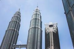 A vista da torre gêmea de Petronas e Maxis elevam-se em Kuala Lumpur, Malásia Imagens de Stock Royalty Free